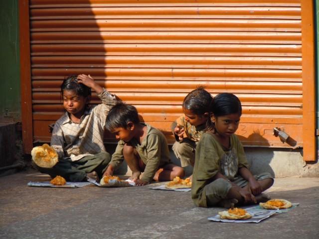 По утрам тибетцы кормят индийских детей бесплатной едой.