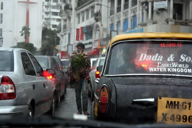ну и что, что дождь, а он цветы продаёт