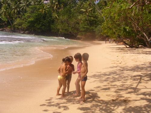 Дети из Украины и России случайно встретились на пляже в Мирисе.