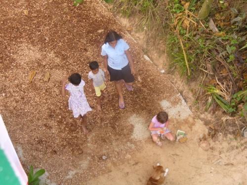 В Велигаме с детьми из соседних домов.