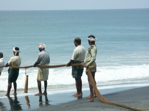 рыбаки на Черном пляже