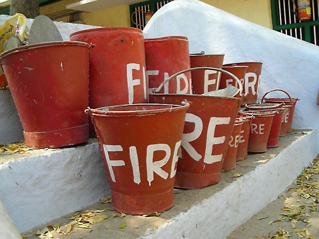тушит случайные пожары