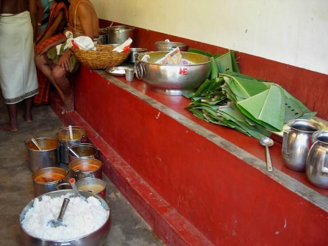 где гостей потчевали материальной пищей