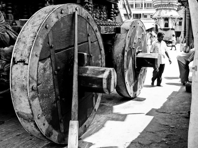 потягать по вокруг храма огромную ратху