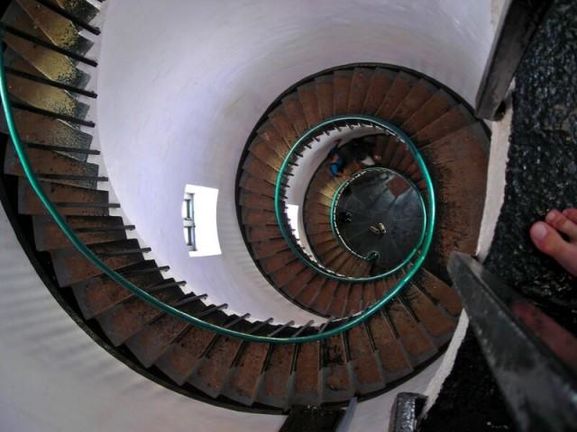 залез по лестнице на верх