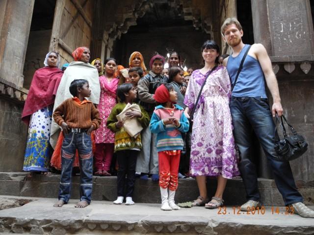 на выходе из храма,групповое фото)снимал индус