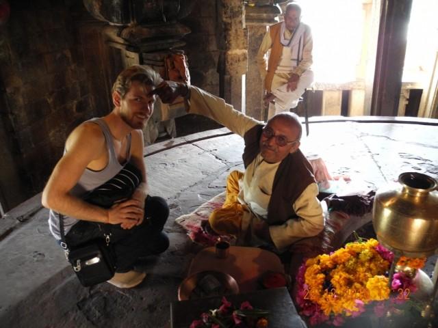 в действующем храме Кхаджурахо