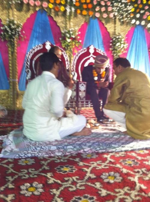 отец невесты корпит над педикюром жениха