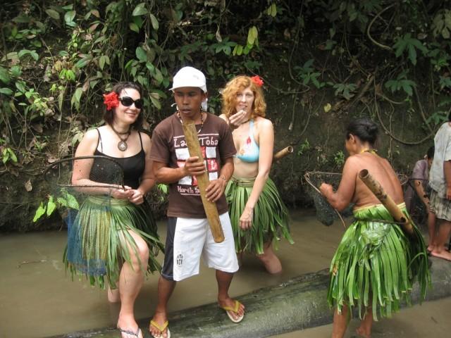девчонки ловяят рыбу с ними Мади