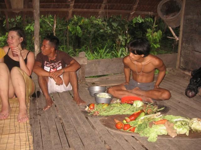 Луги разложил овощи на выдолбленной тарелке