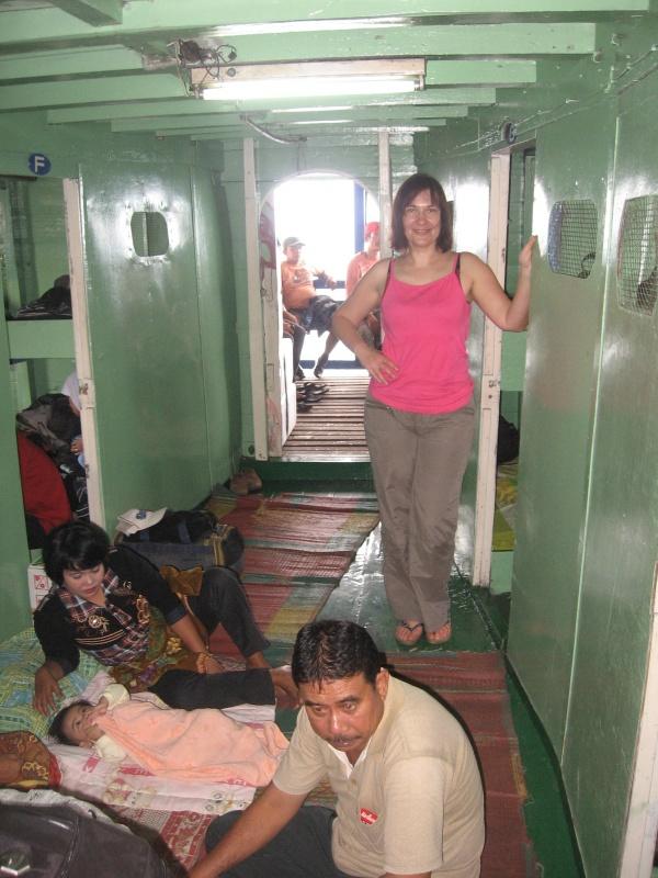 пассажиры лежат в повалку на полу