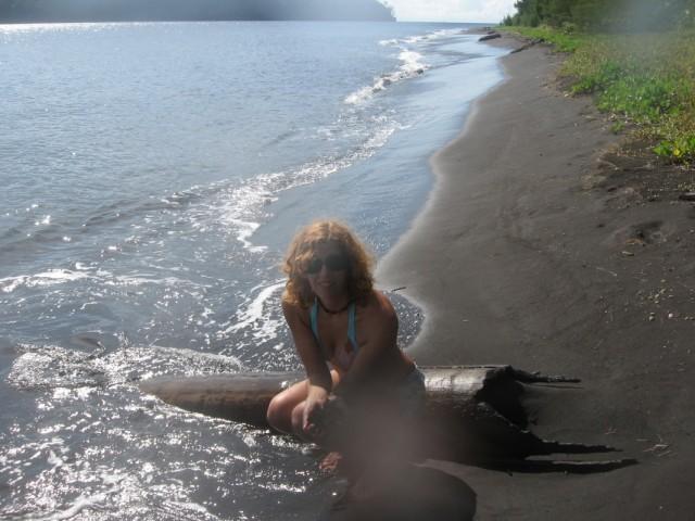 пляж с черным песком на Кракатау