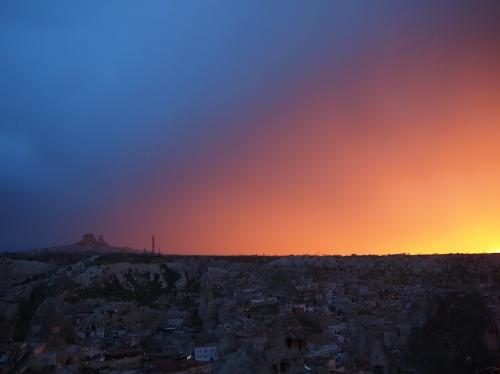 Это не обработка! Это закат в непроницаемую облачность. В последний момент солнце вышло и осветило плотный слой туч снизу.