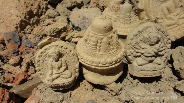 Наполнение древних чортенов перед входом в городище долины Гаруды