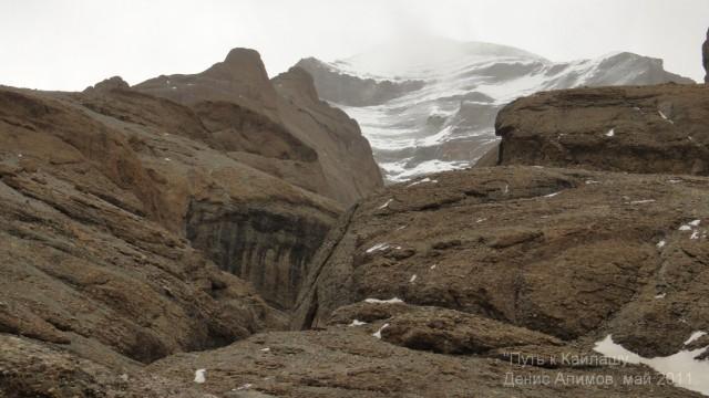 Вот по это щели (русло ручья), по льду, можно пройти к озеру - к западному лицу Кайлаша.