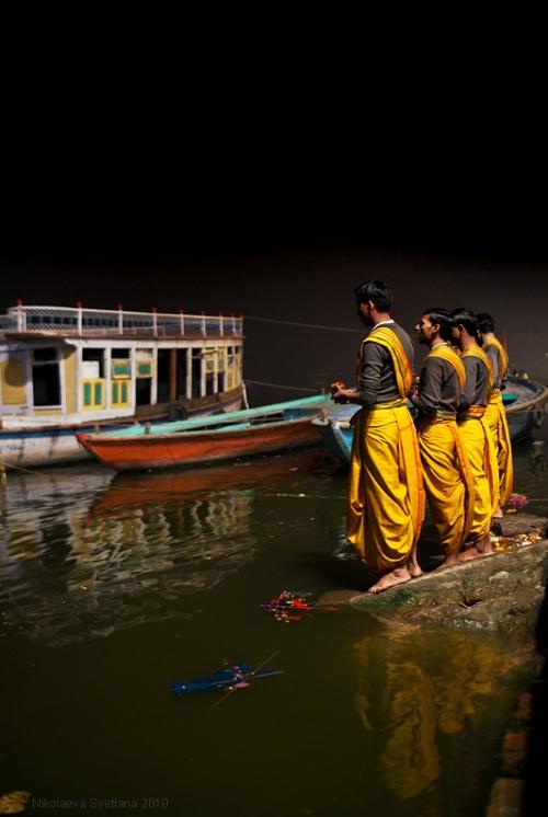 Пуджа на соседнем Lalitha Ghat