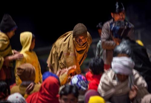 Раздача прасада на церемонии Ganga Aarti