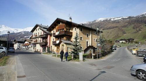 вот наш милый домишко в горной итальянской деревушке... А какую пиццу делают на соседней улице...