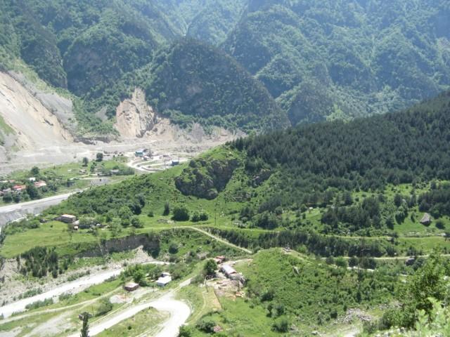 Алагирское ущелье, начало Цейского ущелья. По центру заметна статуя нарта-покровителя охотников с оленьими рогами
