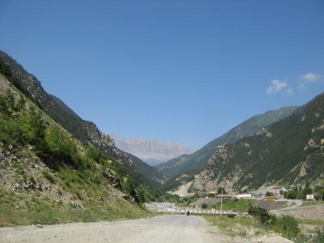 Алагирское ущелье в районе посёлка Бурон. на заднем плане нечто, напоминающее американский большой каньон