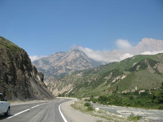 Алагирское ущелье. В селении справа видна сторожевая башня
