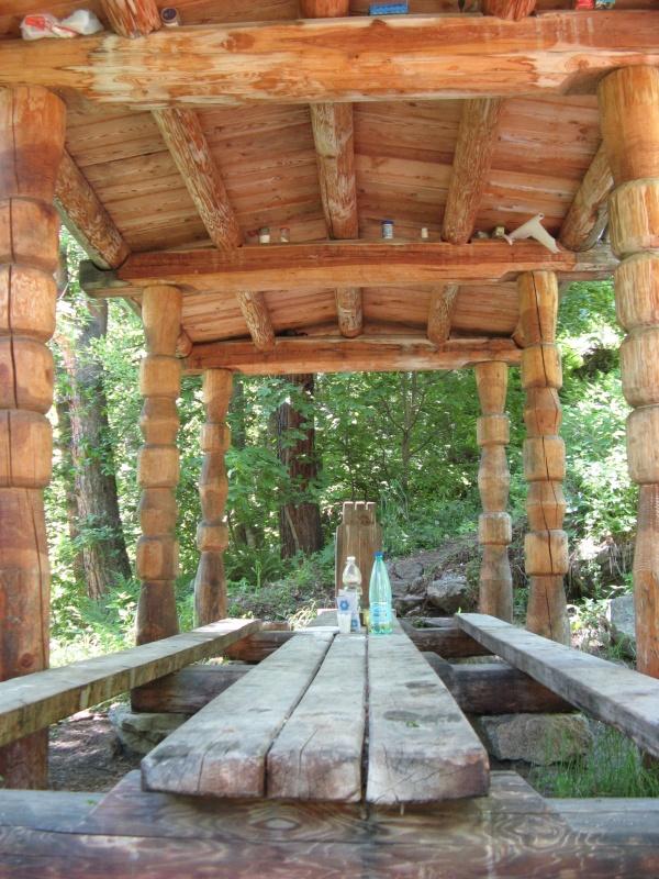 Ещё  чуть в стороне находится длинный стол для проведения совместной трапезы-молитвы кувд