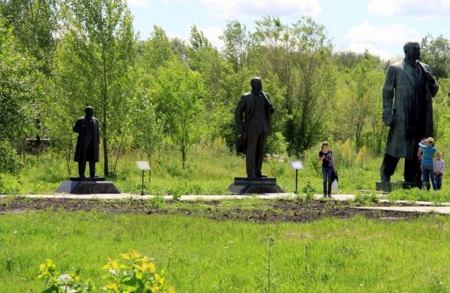 Ленин жил, жив и будет жить... смотрит на восток)