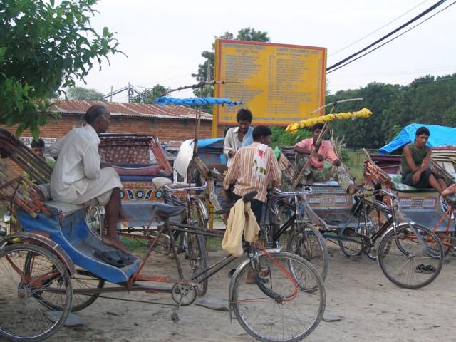 Десятки велорикш с надеждой взирали на нас у входа в комплекс
