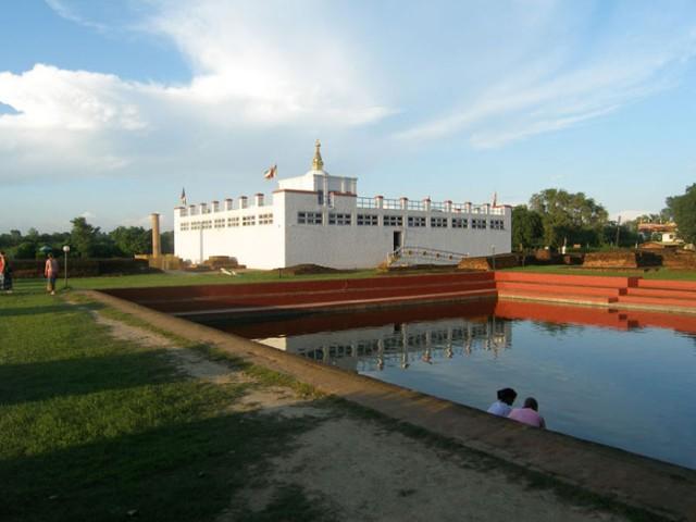 Храм Майя Деви и пруд, в котором по преданию королева Майя искупалась перед родами.