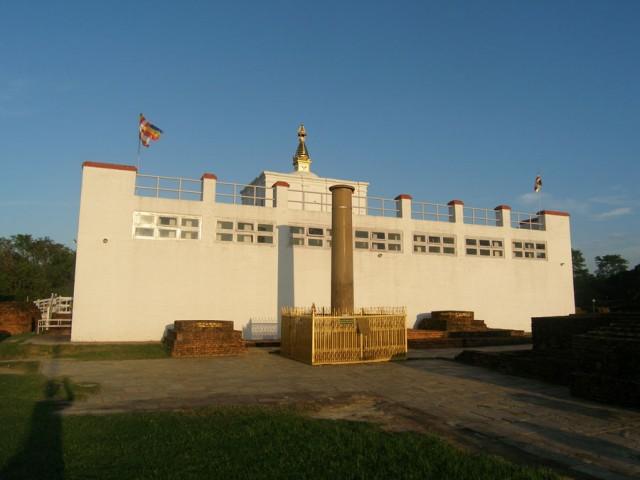 К храму примыкает колонна царя Ашоки с надписью. В 249 г. до н.э. великий индийский император Ашока, покровитель буддизма, прибыл в Лумбини.