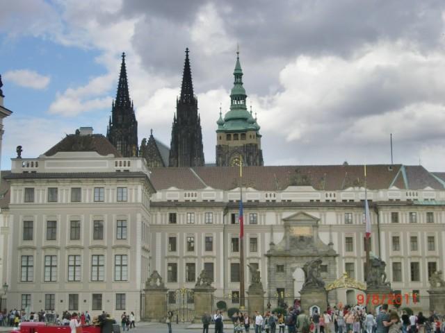 Здание президентского дворца загораживает вид на собор Св. Вита