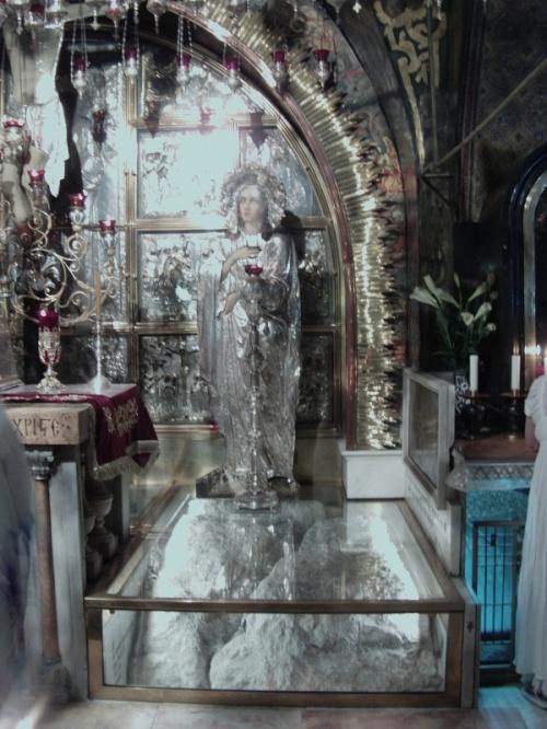 алтарь Скорбящей Богоматери. Голгофа. Место, где находится обломок скалы с серебряным кольцом, где был установлен крест.