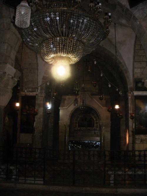 Придел Св. Царицы Елены и Место Обретения Креста Господня. Здесь находится место, куда были сброшены кресты и гвозди от них.