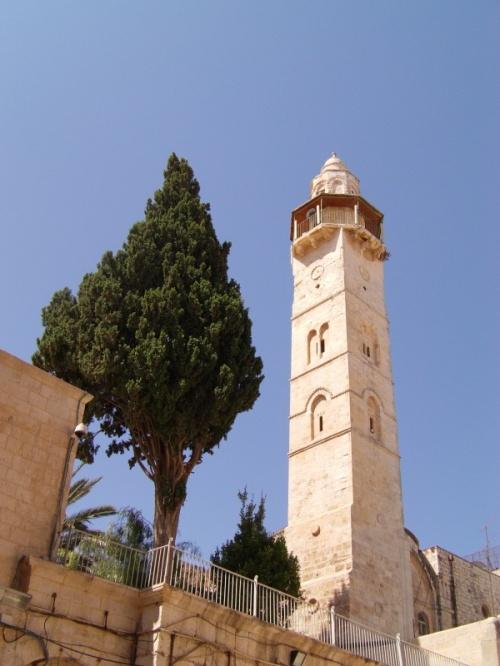 мечеть Омара, расположена напротив южного внутреннего двора Храма Гроба Господня. Часто так называют Золотой купол, но это не так.