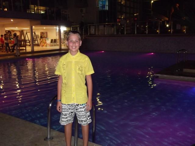 Один из бассейнов ночью. Всего их 4. Или 5?