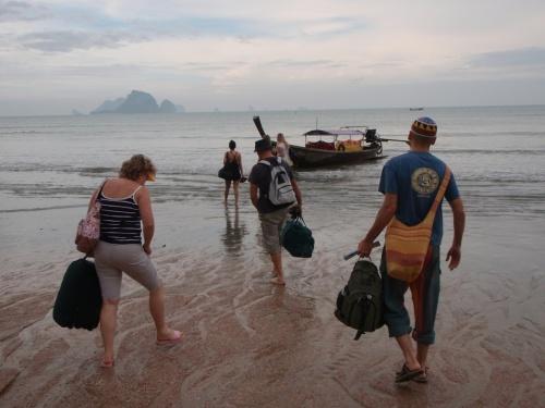 в Ао-Нанге нет причала, будьте готовы влазить в лодку по пояс в воде, и так во многих местах Тая.