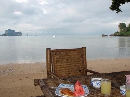 вид на море из ресторана (это мой завтрак, просто я не кушаю по утрам обычно), но кормят на убой, выбор есть.