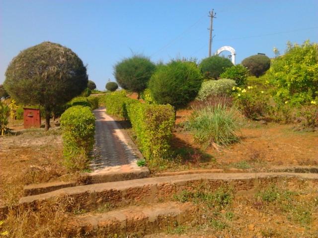 парк перед пляжем Мандрем
