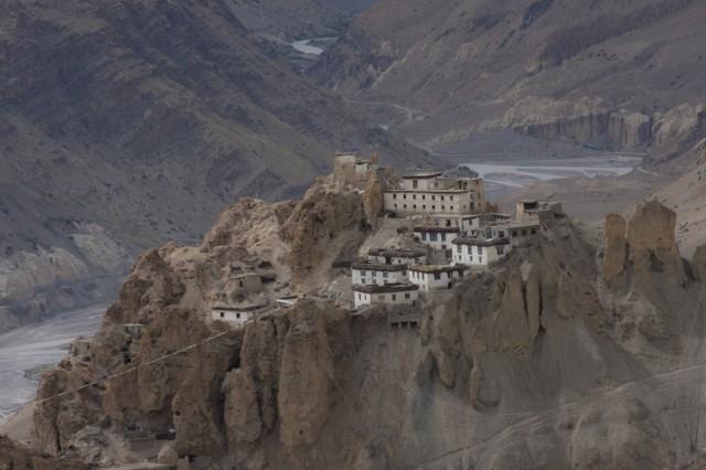 то оттуда открывается потрясающий вид на монастырь и горы