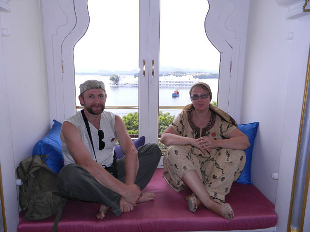 Мы с мужем(который в Индии отказался бриться) в одном из отелей Удайпура.