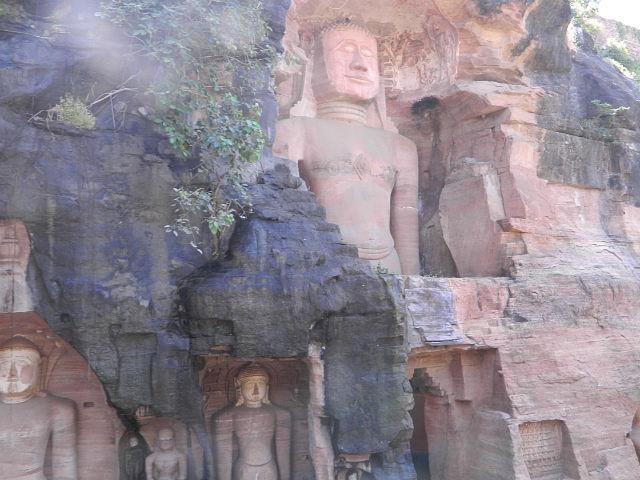 Джайнские скульптуры вдоль автомобильной дороги к форту.