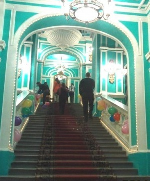 празднично украшенная лестница