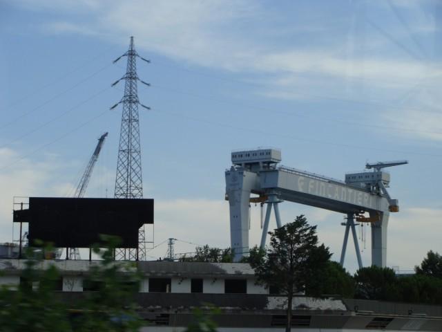 Одна из крупнейших мировых судоверфей по пути в Дуино.