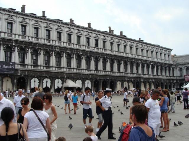 Знаменитая площадь со своими знаменитыми голубями.