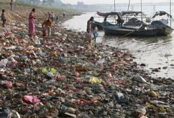 Местные собирают мусор принесённый течением Ямуны