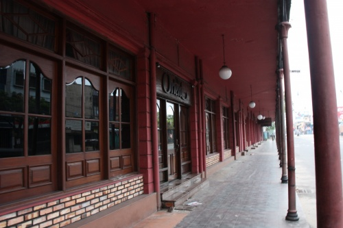 вид с улицы на здание
