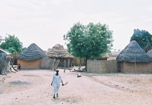 Там, в деревне бамбара,  в знойный полдень малолюдно...