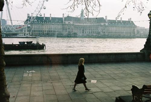 А это - образ туманного Лондона и набережной Виктории. Британские барышни даже в зябкую зиму ходят в лодочках!