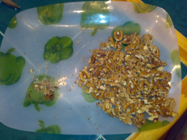 Чистим грецкие орехи