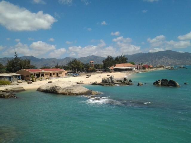 Примерно так выглядит побережье, с правого края видны домики Ca Na hotel